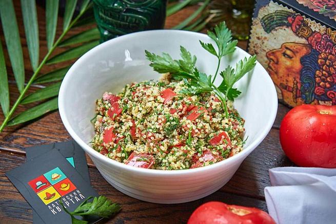 Салат изкиноа, томатов изелени, cаkаn bprbyjа, njvаnjd bptktyb