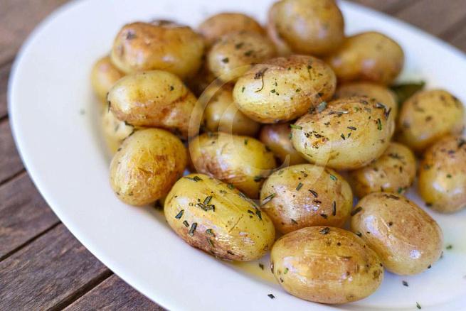 Молодой картофель, обжаренный срозмарином, vjkjljq rаhnjatkm, j,;аhtyysq chjpvаhbyjv