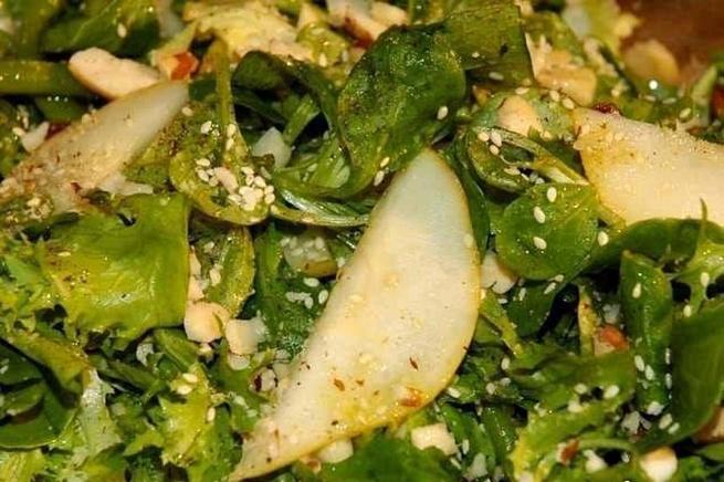 Зеленый салат сфасолью, грушей ибразильскими орехами, ptktysq cаkаn caаcjkm., uheitq b,hаpbkmcrbvb jht[аvb