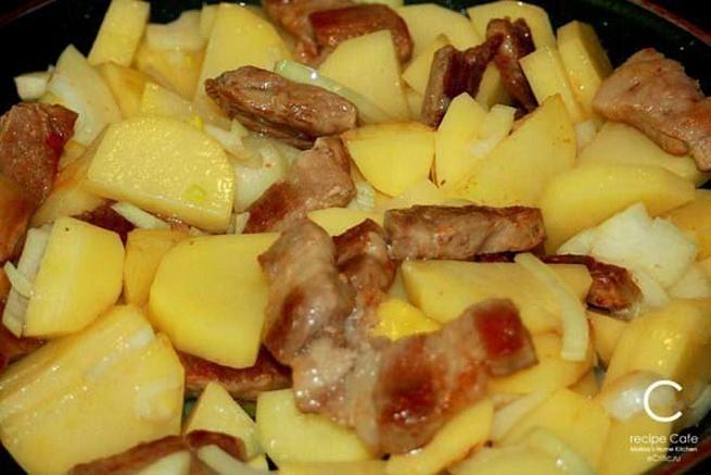 Свинина скартофелем, запеченная подсыром насковороде «по-французски», cdbybyа crаhnjatktv, pаgtxtyyаz gjlcshjv yаcrjdjhjlt «gj-ahаywepcrb»