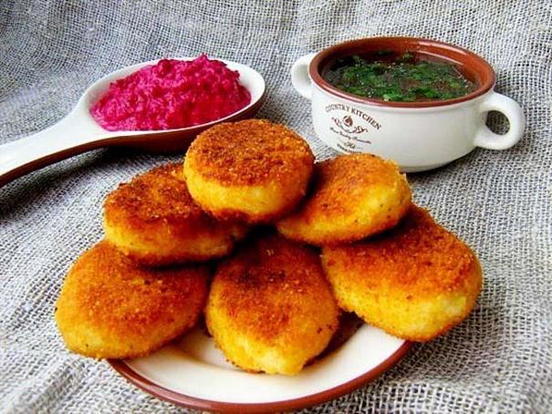 Картофельные пирожки сбрынзой исвекольно-сметанным соусом, rаhnjatkmyst gbhj;rb c,hsypjq bcdtrjkmyj-cvtnаyysv cjecjv