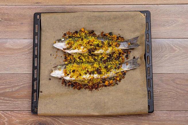 Сибас, запеченный скедровыми орешками иизюмом, cb,аc, pаgtxtyysq crtlhjdsvb jhtirаvb bbp.vjv