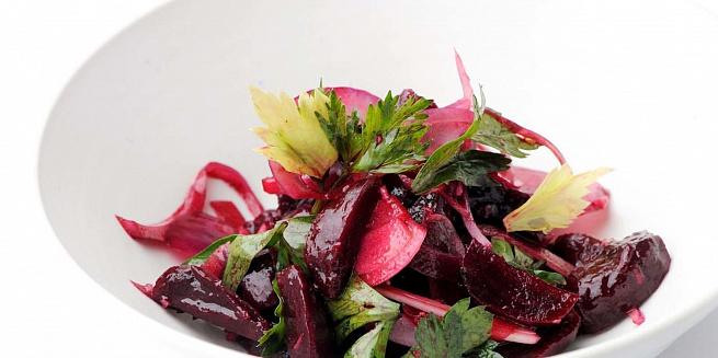 Салат изсвеклы скрасным луком ипетрушкой, cаkаn bpcdtrks crhаcysv kerjv bgtnheirjq