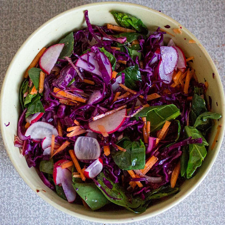 Осенний салат изкапусты, редиса, моркови ишпината, jctyybq cаkаn bprаgecns, htlbcа, vjhrjdb bigbyаnа